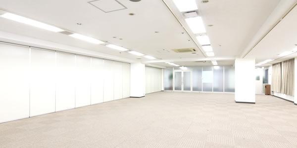 廊下側はすりガラスで、モダンで開放感のある空間を演出します。